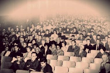platea, popolo, spettatori, paganti, fischi, applausi, teatrini, governo, comandare,